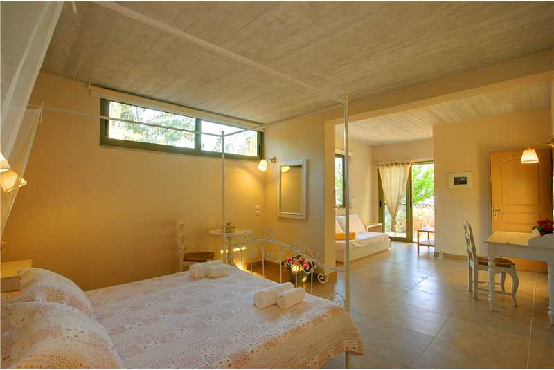 Villa Linatela master bedroom with doors leading to patio area.bmp